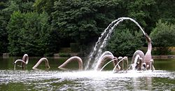 250px-Llandrindod_Wells_lake_water_sculpture