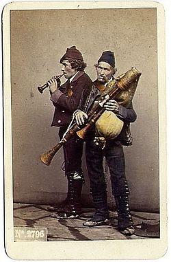 250px-Sommer,_Giorgio_(1834-1914)_-_n._2796_-_Zampognari
